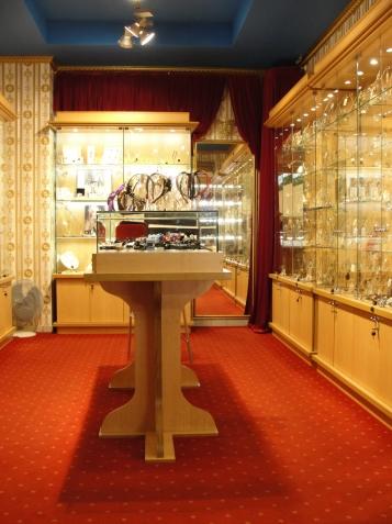 Островной прилавок-витрина для бижутерии